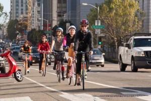 mujeres_en_bicicleta_utilizando_carril_bici
